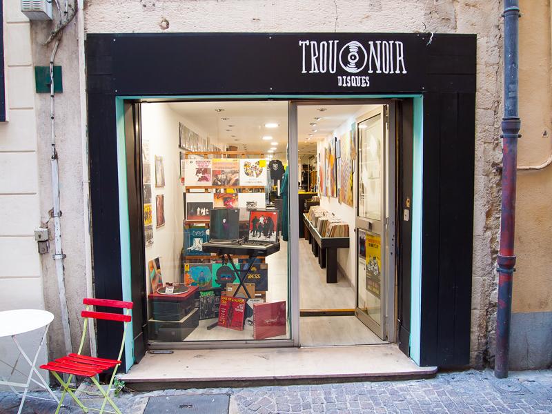 vitrine boutique magasin Trou Noir Disques du 5 rue des Lombards à Nîmes